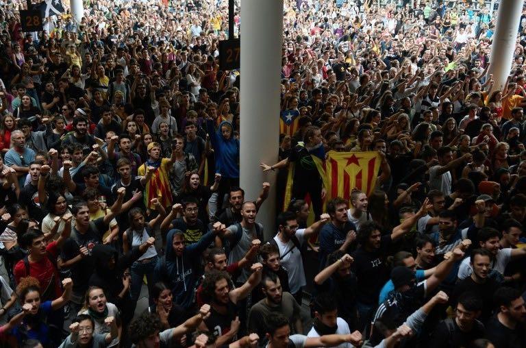 Leurcondamnationestunehonte <strong><em>LIBÉRATIONIMMÉDIATE DES DIRIGEANTS CATALANS! </em></strong>Respectdudroitdupeuple catalan à se libérer de la monarchie franquiste et à constituer sa République catalane!